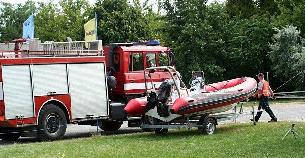 Na Nových Mlýnech uPavlova se potápěla plachetnice. Záchranáři a hasiči pomohli dvěma lidem na břeh. Ve čtvrtek měli na vodě hodně práce.