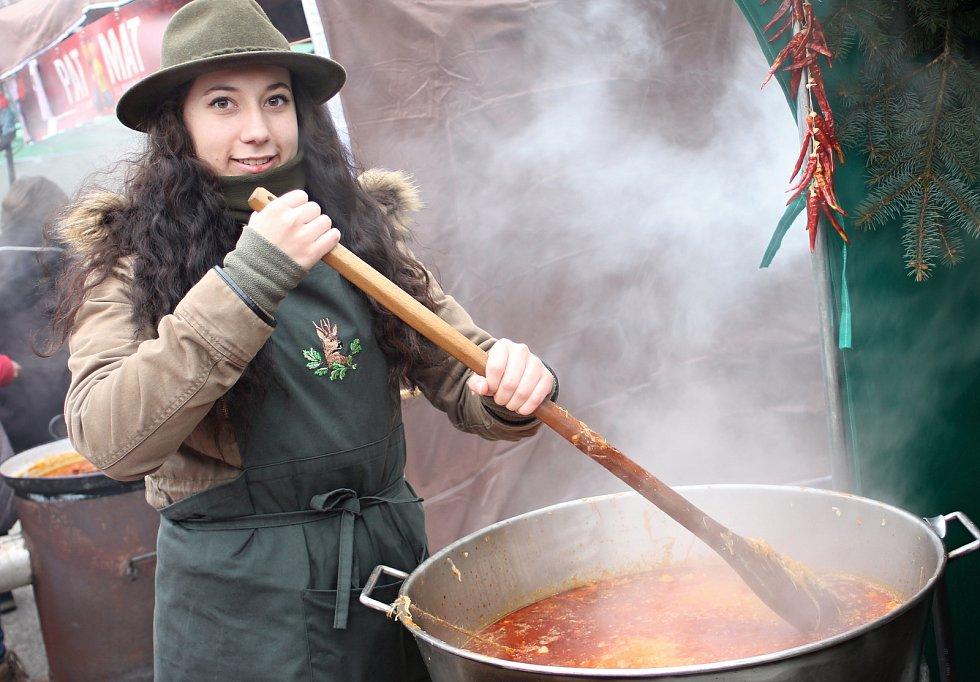 Soutěže ve vaření zelňačky se ve Velkých Bílovicích zúčastnilo téměř třicet týmů.