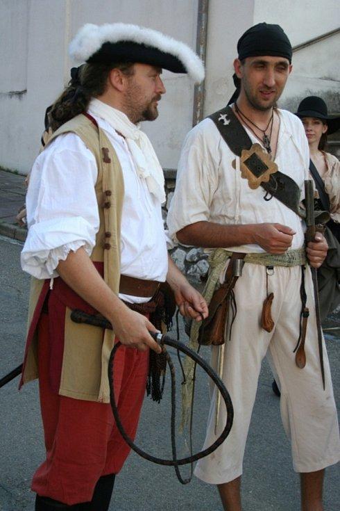 Pirátská družina ve čtvrtek vyplenila Pavlov. Dobrodruh z Podivína Luděk Kocourek si tam i s částí posádky, lodním dudákem a šermíři připomněl sedmiměsíční plavbu na palubě plachetnice La Grace.