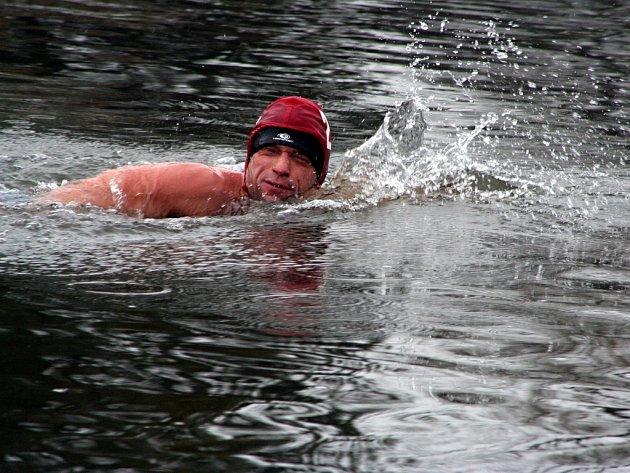 Milovníci studené vody si přijeli na Štěpána zaplavat do břeclavské Dyje. Dvoustupňové vody se nezalekli a zúčastnili se několikametrových závodů.