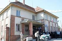 Nové dálniční oddělení policie otevřel 19. dubna v Mikulově ředitel jihomoravského krajského policejního ředitelství Tomáš Kužel. Devatenáctičlenný policejní tým našel sídlo v budově starého hraničního přechodu.