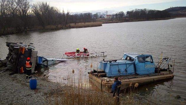 Do Nového rybníka u Mikulova se převrátil jeřáb. Ve vodě je 150 litrů oleje.