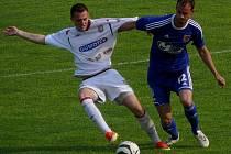 Fotbalisté Břeclavi (v bílém) v zápase s Prostějovem. Ilustrační foto.
