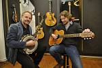 Z ilegální garáže až na americký trh vybudoval firmu na výrobu kytar František Furch z Velkých Němčic. Na snímku se synem Petrem (vpravo) hrají na první vyrobené banjo a kytaru.