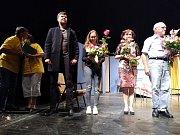 Divadelní ochotnický spolek Podiva z Podivína na Břeclavsku si zahrál představení Přes přísný zákaz dotýká se sněhu v Národním divadle.