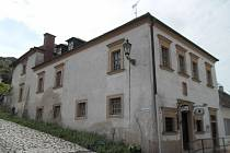 Mikulovský vinařský dům na úpatí Svatého kopečka prodávají současní majitelé za 5,5 milionů korun. V minulosti tam vinaři zpracovávali a skladovali víno.