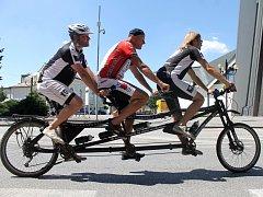 Akce Jedeme pro Světlušku dorazila na Břeclavsko. Se speciálním trojkolem. V úterý podpořil nevidomé cyklisty jízdou na náměstí okresního města i velocipedista Josef Zimovčák.