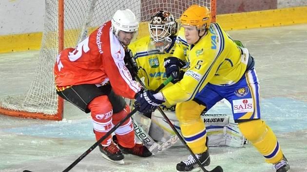 Obránce Břeclavi Jiří Novák (ve žlutém) bojuje o puk před brankou Michala Šurého.