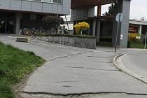 Poničený chodník před břeclavskou nemocnicí čeká na opravu. Do té doby může být pro pacienty a kolemjdoucí i zdraví nebezpečný.