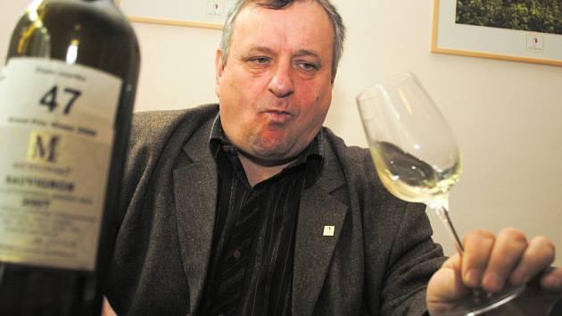 Miloš Michlovský a vítězný Sauvignon 2007 pozdní sběr.