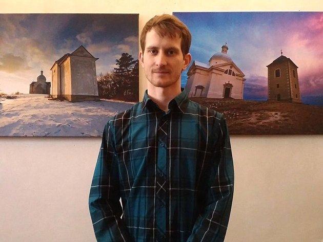 Mikulovan a amatérský fotograf Jiří Svoboda fotí město ipřes skleněnou kouli.
