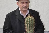 Jiří Teplý s jedním ze svých kaktusů.