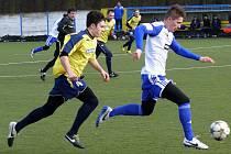 Břeclavští fotbalisté (ve žlutém) vzdorovali Znojmu jen hodinu.