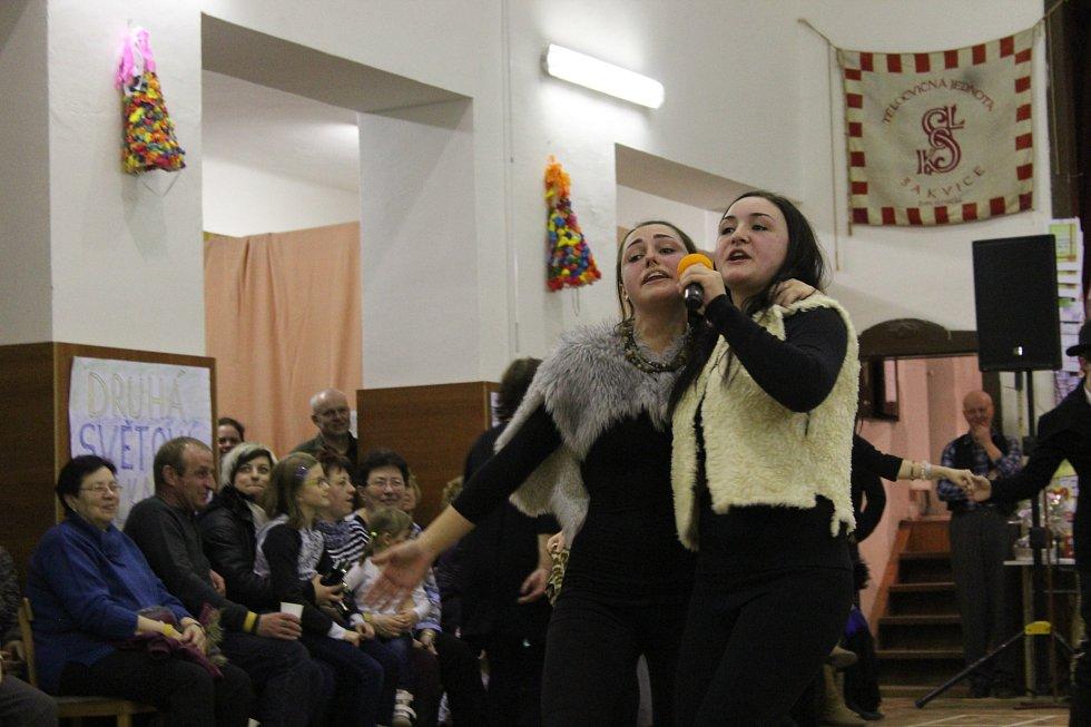 Sobotní vostatky v Šakvicích zahájil průvod obcí, zábava vrcholila v sále tamní sokolovny.