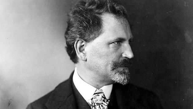 Proslulý výtvarník Alfons Mucha, snimek z roku 1906.