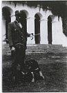 Původní dobové fotografie zámečku. Na snímku jeden z hajných.