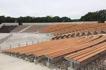 Mikulovský amfiteátr má za sebou čtyřměsíční rekonstrukci. Už na začátku července si lidé vyzkouší i nové lavičky.