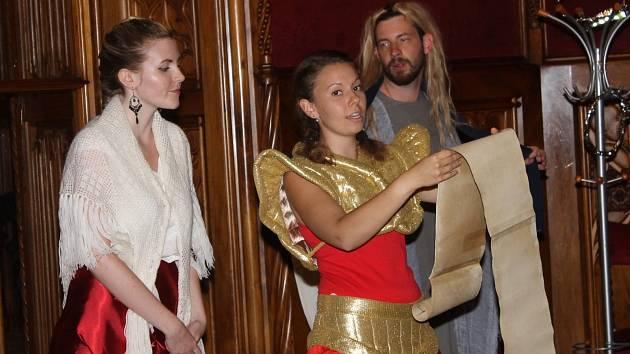 Svoji další noční hranou show předvedli v pátek a v sobotu v komnatách lednického zámku nadšení průvodci v kostýmech. Zástupy natěšených návštěvníků tentokrát po svém, tedy originálně a s humorem, provedli Biblí.