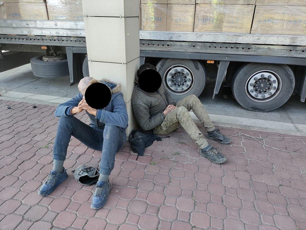 Ve čtvrtek krátce před polednem zajistila cizinecká policie další dva mladé cizince na Břeclavsku. Na bývalém hraničním přechodu u Lanžhota. Ukrývali se na podvozku nákladního auta a měli údajně namířeno na západ.