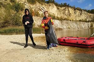 Dobrovolníci uklízeli zatopený lom na Janičově vrchu a jeho okolí