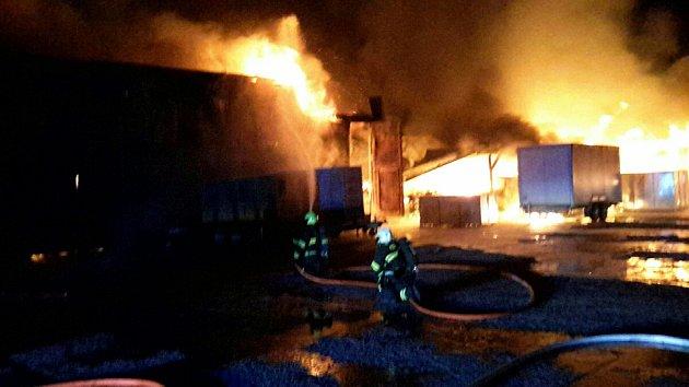 Více než stovka hasičů zasahovala při požáru plechové skladovací haly vPouzdřanech.