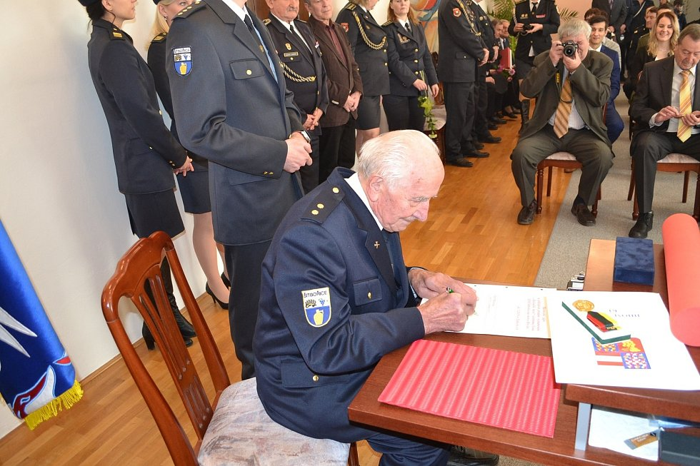 Hasič Jan Matuška z Šitbořic převzal ocenění za dlouholetou službu.