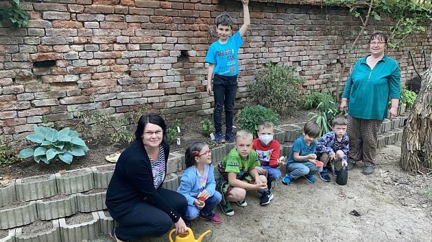 Boleradičtí školáci se zapojili do projektu Voda v zahradě. Prvňáci vysazují trvalky.