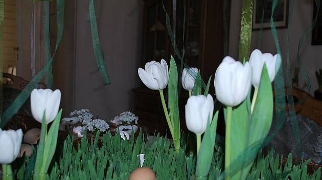 Květinové vazby zaplnily na Velikonoce Rybniční zámeček v Lednici.