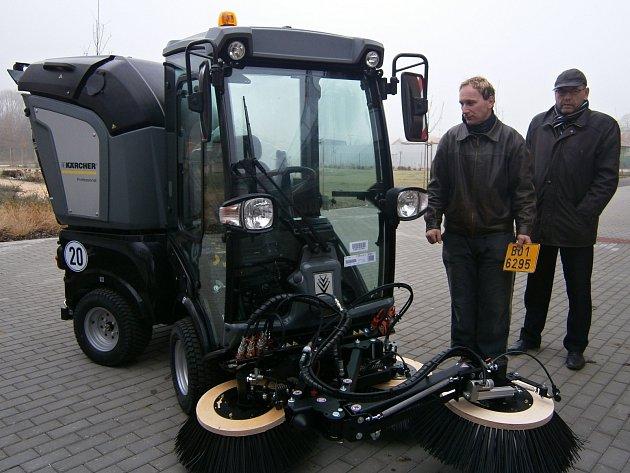Nový stroj na čtyřech kolech si pořídili Vranovičtí. Na úklid ulic. Stál víc než dva miliony. Získali na něj dotaci.