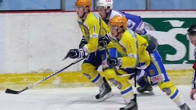 Břeclavští hokejisté (ve žlutém) - ilustrační foto.