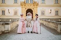 Do kostýmů šlechticů se lidé obléknou na zámku ve Valticích