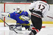 Opora v bráně. Na výhře Břeclavi (v modrých dresech) měl velkou zásluhu teprve sedmnáctiletý gólman Michal Martinčík.