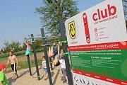 Nové workoutové hřiště otevřeli na sokolském stadionu v Lanžhotě. Lidé tam mohou cvičit s vlastní vahou. Jak na to, předvedla skupina Workout club.
