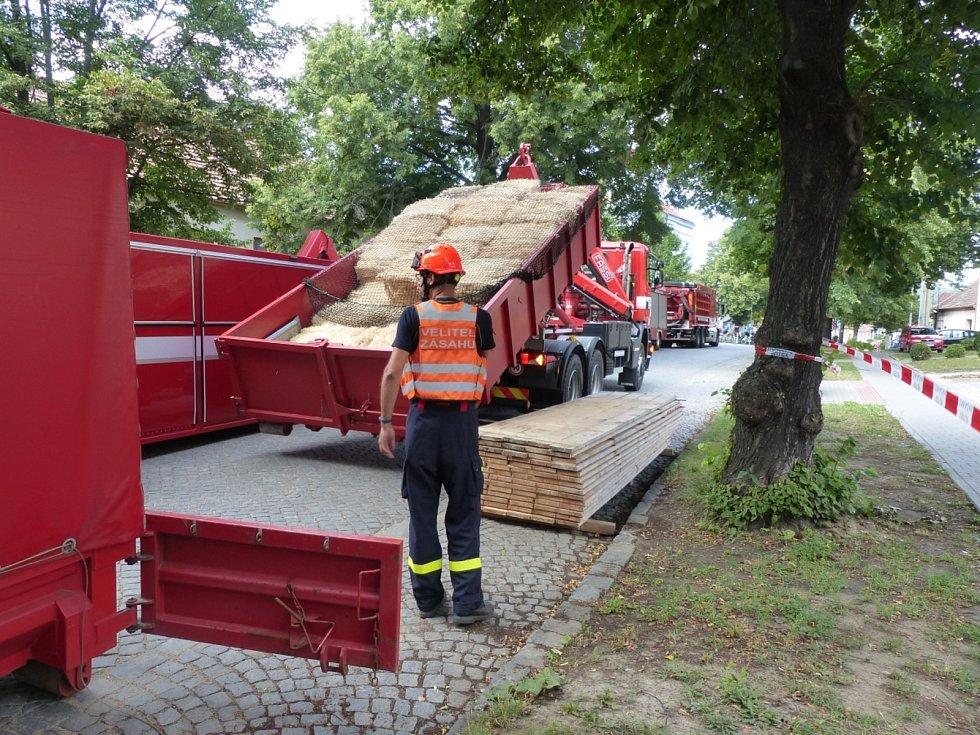 Od sobotního poledne se hasiči snaží vyprostit ze studny zavaleného muže. Na místě jim pomáhá Záchranný útvar ze Zbirohu a Báňská záchranná služba z Hodonína a Libušína.