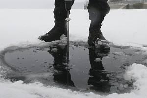 Síla ledu na přírodních volných plochách zatím není dostatečná pro bezpečné bruslení.