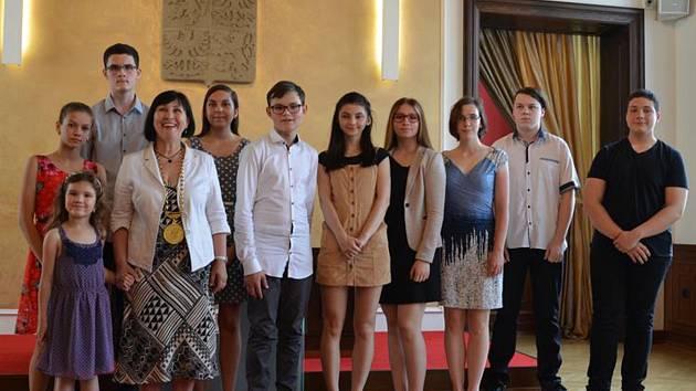 Za první místo v recitálu nebo v chemické soutěži dostali žáci hustopečských škol ocenění od představitelů města.