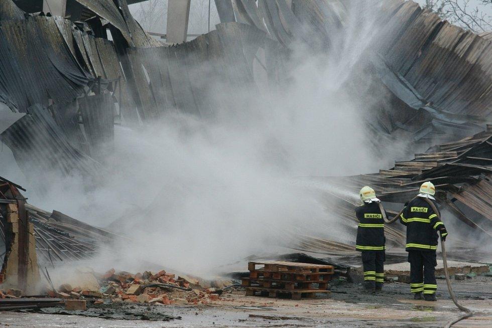 Požár haly v přítluckém zemědělském podniku Zepro zaměstnala na čtyřicet hasičů.