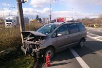 Osobní auto v Mikulově narazilo do sloupu.