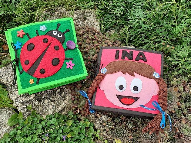 Kristýna Zemková tvoří spomocí maminky hračky, postavičky a interaktivní knížky pro nejmenší.