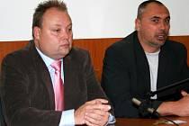 Dymo Piškula s Pavlem Dominikem na tiskové konferenci.