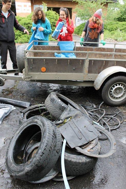Třináct dobrovolníků uklízelo nepořádek v bývalém rekreačním areálu u Lanžhota.