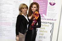 Kadeřnice Bohumíra Skoupilová z Velkých Bílovic (vlevo) uspěla v konkurenci nejlepších vizážistů.
