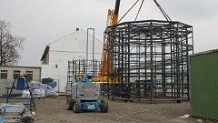 Montáž cyklověže v Břeclavi. Náklady na výstavbu jsou téměř patnáct milionů, více než deset milionů pokryje dotace.