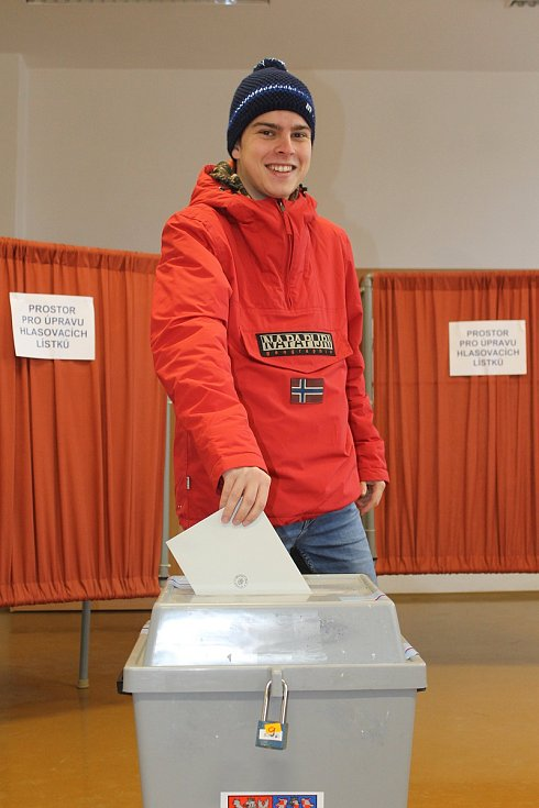 Do jedné z volebních místností v Břeclavi v Domě školství mířili lidé v pátek už před jejím otevřením ve dvě hodiny odpoledne.