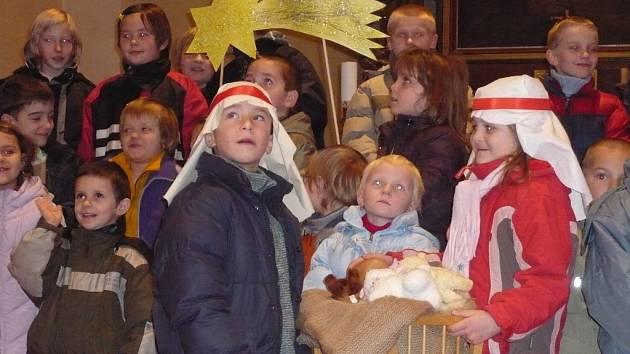 V kostele vládla vánoční atmosféra.