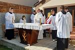 Tradiční nedělní mše se tentokrát uskutečnila v Moravské Nové Vsi pod širým nebem. Kostel je poničený po čtvrtečním tornádu.