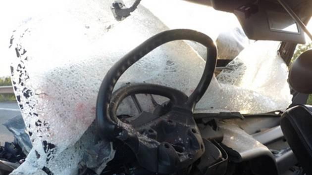 Tragická srážka autobusu a osobního auta u Horních Věstonic.