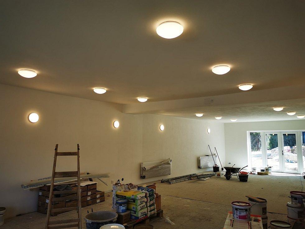 Osvětlení v sále.