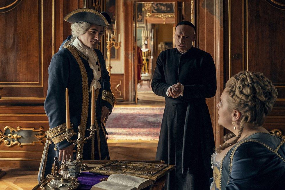 Unikátní výstavu šatů z natáčení filmu Marie Terezie II nově otevřeli na zámku ve Valticích. V expozici návštěvníci uvidí sedmadvacet rób. Nejnákladnější z nich stály i dvě stě tisíc.