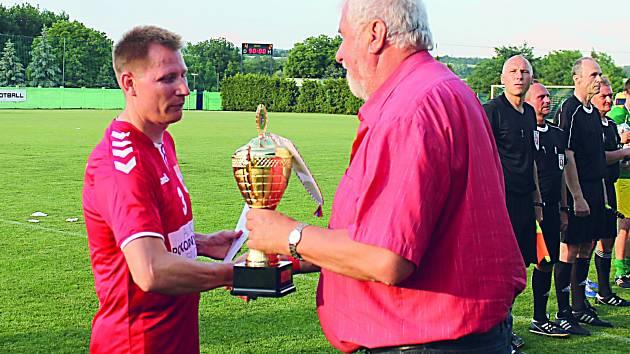 Petr Čoupek (vlevo) přebírá trofej.